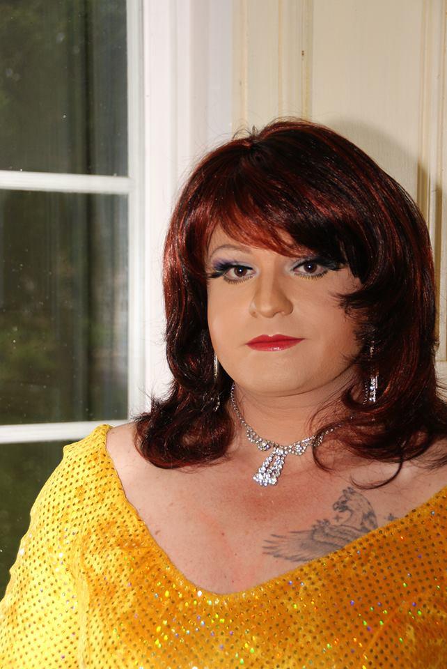 Miss Gloria Vain im gelben Kostüm