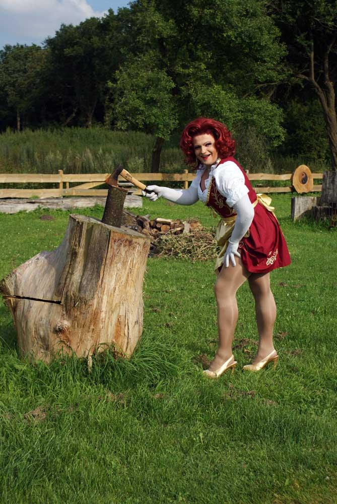 Miss Gloria Vain beim Holz hacken