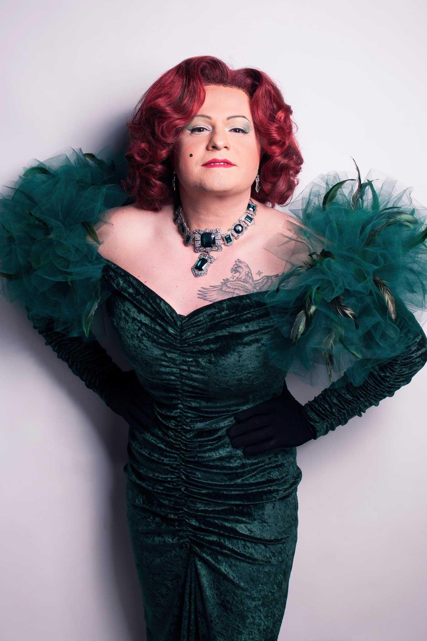 Miss Gloria Vain im grünen Kleid