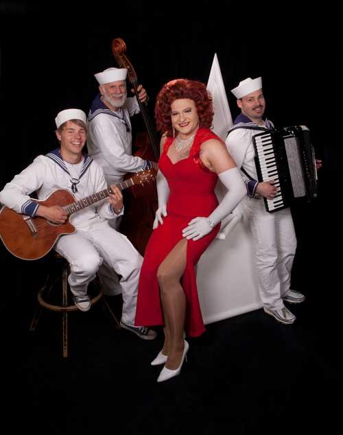 Miss Gloria Vain mit der Band als Matrosen