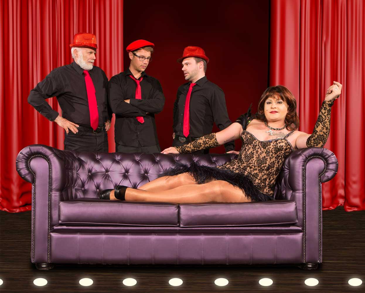 Miss Gloria Vain auf dem Sofa