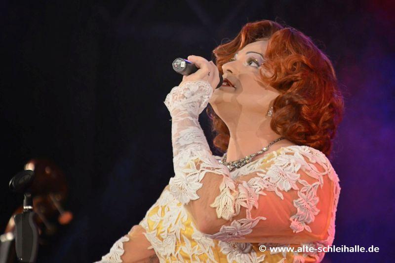 Miss Gloria Vain auf der Bühne